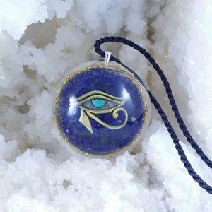 Fotografie cu pandantiv ce contine lapis lazuli